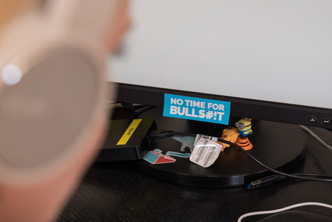 Aufkleber auf Computermonitor mit Text »No Time for Bullshit«